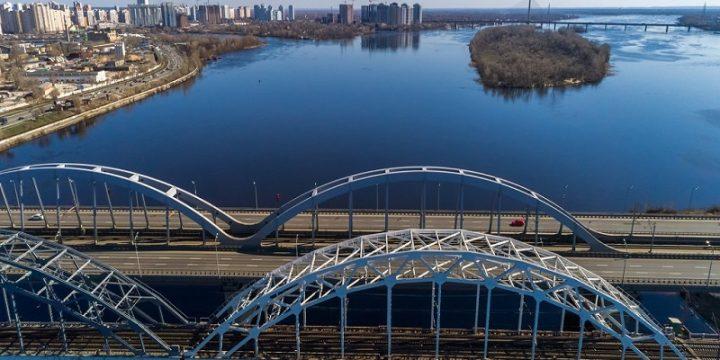 Полет на вертолете над мостами в Киеве